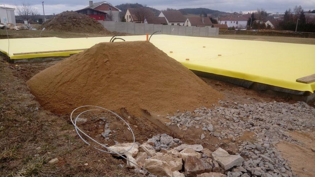 Písek v místě míchání betonu