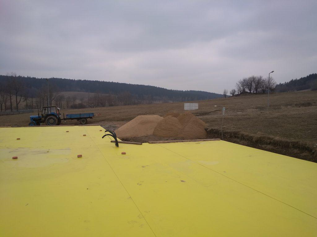 Písek před budoucí garáží